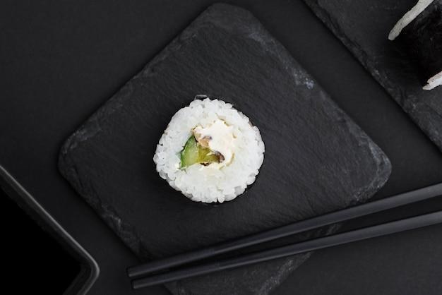 Vista superior del rollo de sushi en pizarra Foto gratis