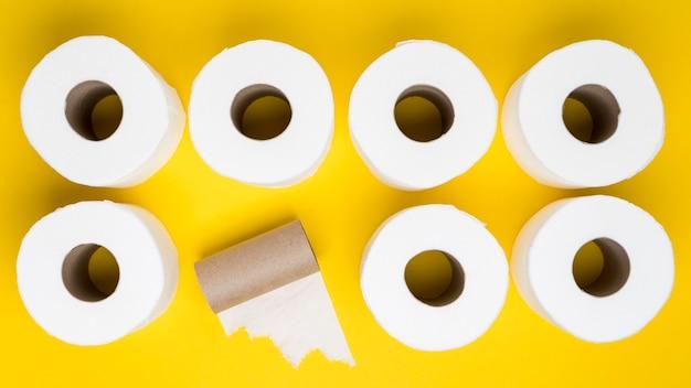 Vista superior de rollos de papel higiénico con núcleo de cartón Foto gratis