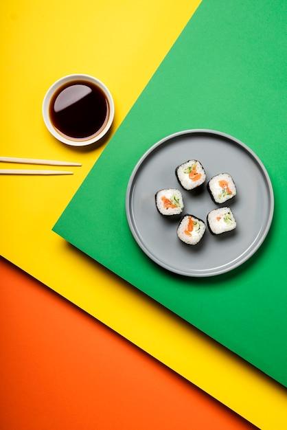 Vista superior de rollos de sushi asiático tradicional Foto gratis