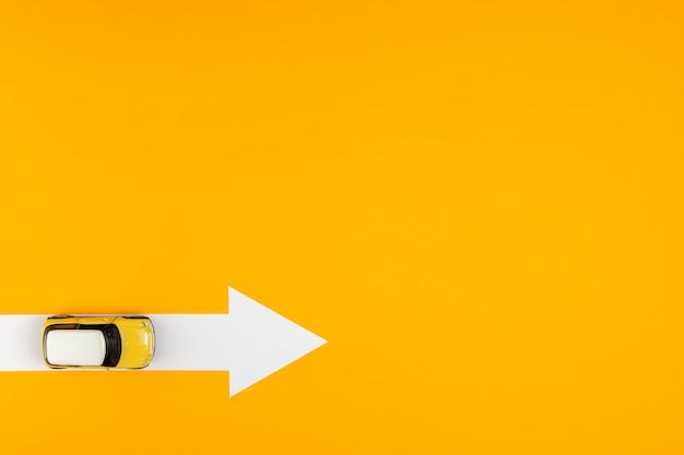 Vista superior de la ruta de flecha para el destino del automóvil Foto gratis