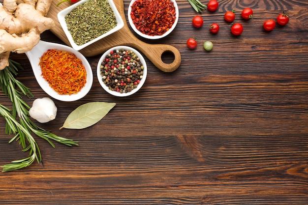 Vista superior con sabor a especias y verduras Foto gratis