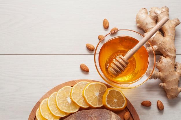 Vista superior sabrosa miel con jengibre y limón Foto gratis