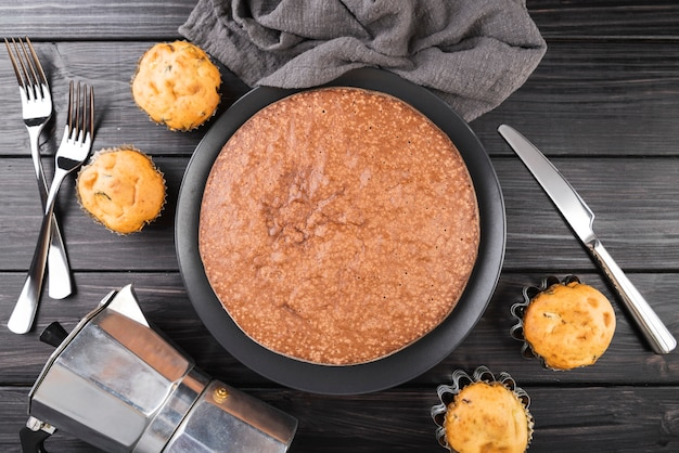 Vista superior sabroso pastel sobre la mesa con muffins Foto gratis