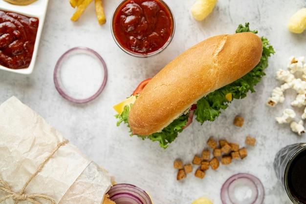 Vista superior sandwich con bocadillos Foto gratis