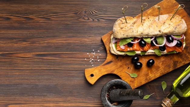 Vista superior del sándwich de salmón con espacio de copia Foto gratis