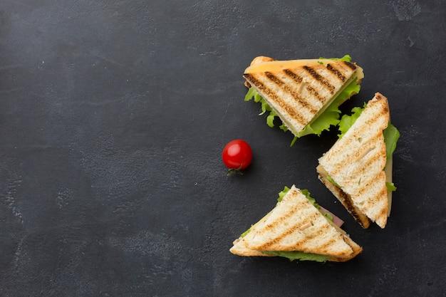 Vista superior de sándwiches crujientes Foto gratis