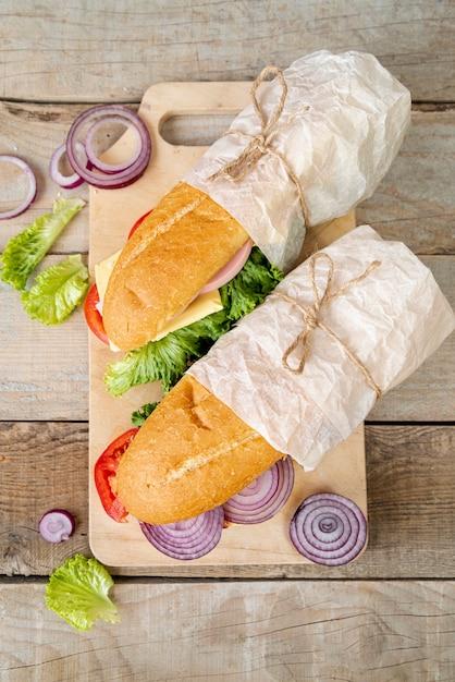 Vista superior sándwiches en tabla de cortar Foto gratis