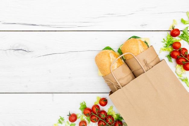 Vista superior de sándwiches con tomate y espacio de copia Foto gratis