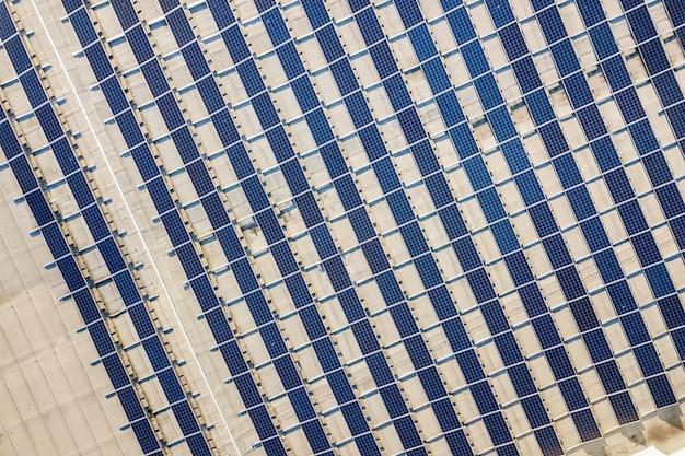 Vista superior del sistema de paneles fotovoltaicos fotovoltaicos brillantes azules produciendo energía renovable resumen de antecedentes. Foto Premium