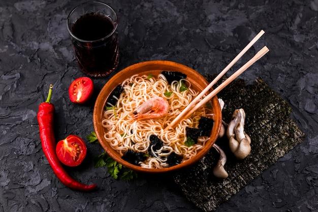 Vista superior sopa de fideos con mariscos Foto gratis