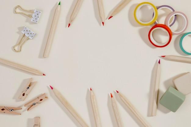 Vista superior de suministros de papelería con espacio de copia Foto gratis