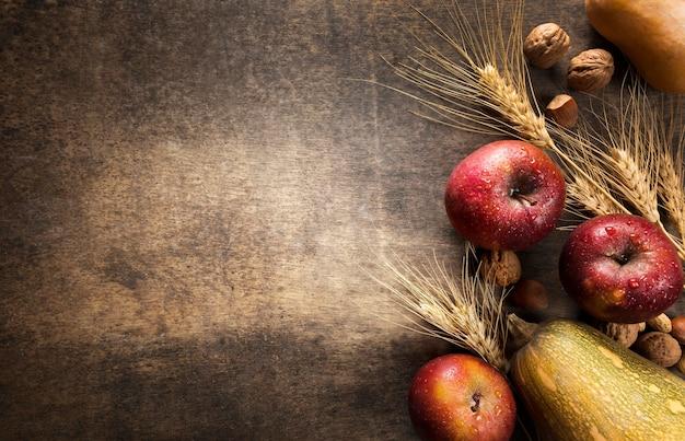Vista superior del surtido de frutas y verduras de otoño con espacio de copia Foto gratis