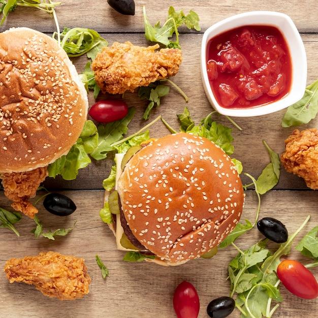 Vista superior surtido de hamburguesas y salsa Foto gratis