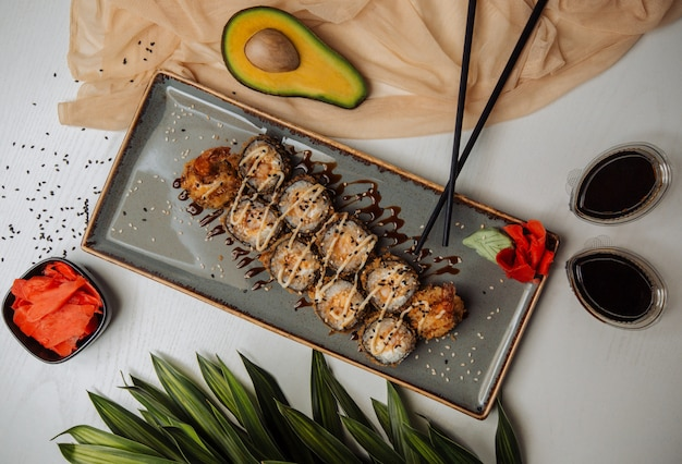 Vista superior de sushi de pescado frito Foto gratis