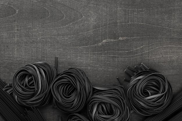 Vista superior de tagliatelle negro con espacio de copia Foto gratis