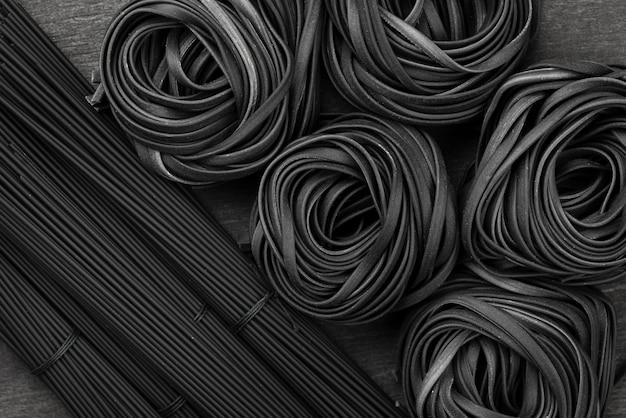 Vista superior de tagliatelle negro y espagueti Foto gratis