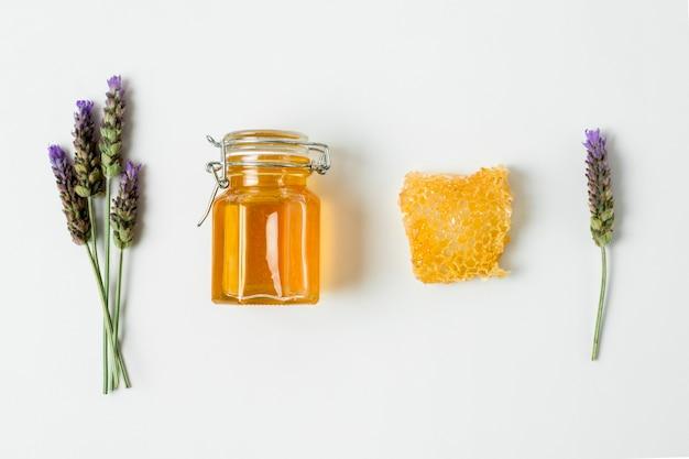 Vista superior tarro de miel con lavanda Foto gratis
