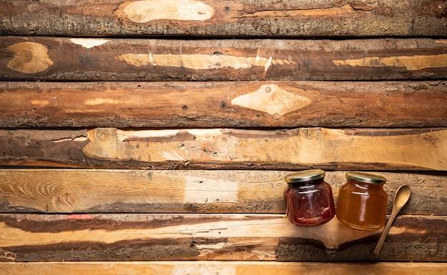 Vista superior de tarros de miel y mermelada con espacio de copia Foto gratis