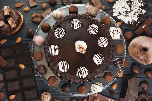 Vista superior tarta de chocolate con comida de chocolate Foto gratis