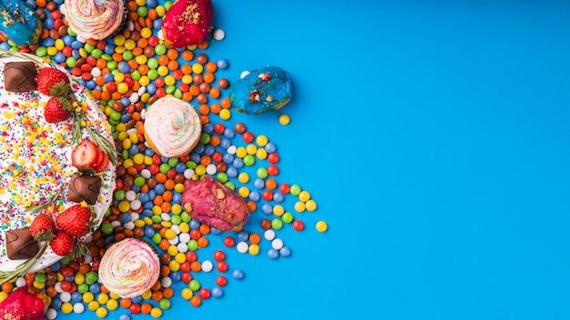 Vista superior tarta de cumpleaños con pasteles Foto gratis
