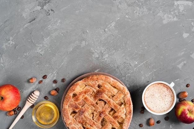Vista superior de tarta con miel y café. Foto gratis