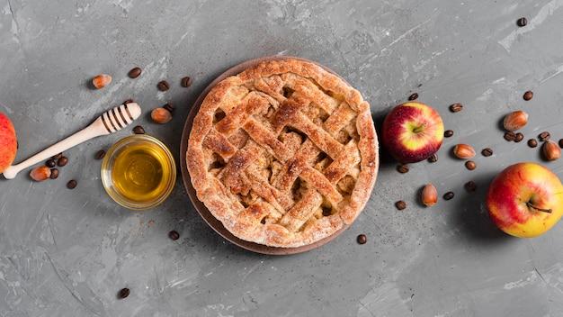 Vista superior de tarta con miel y manzanas Foto gratis