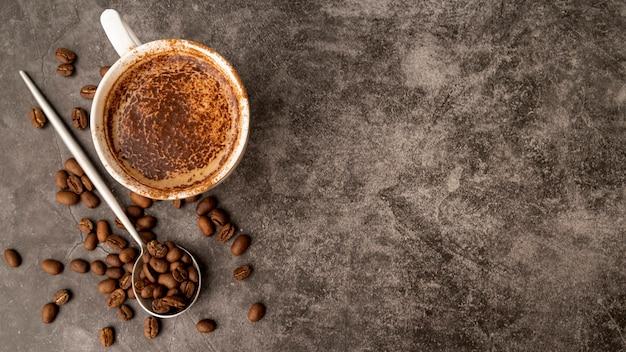 Vista superior taza de café con espacio de copia Foto gratis