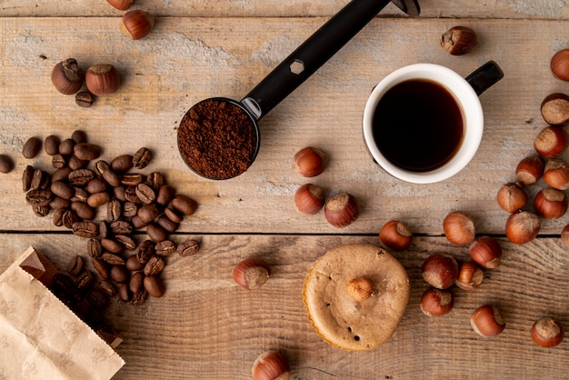 Vista superior taza de café con fondo de madera Foto gratis