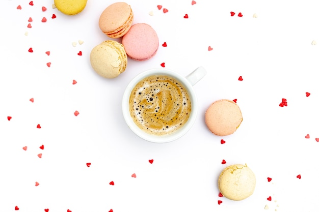 Vista superior de la taza de café con macarons para el día de san valentín Foto gratis