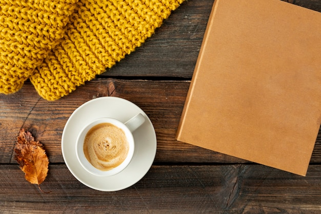 Vista superior taza de café en la mesa de madera Foto gratis