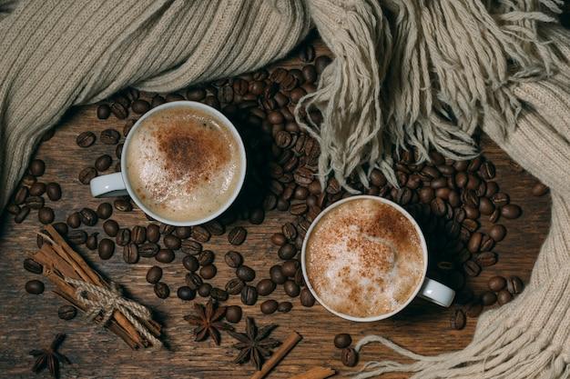 Vista superior tazas de café con granos tostados Foto gratis