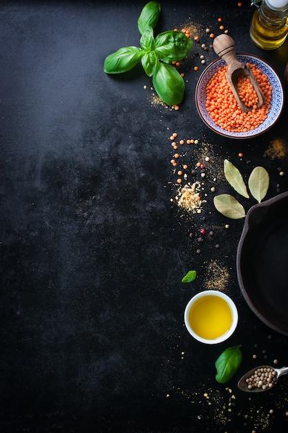 Vista superior de tazón con lentejas y variedad de condimentos Foto gratis