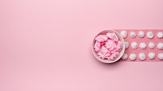 Vista superior del tazón de merengue con espacio de copia Foto gratis
