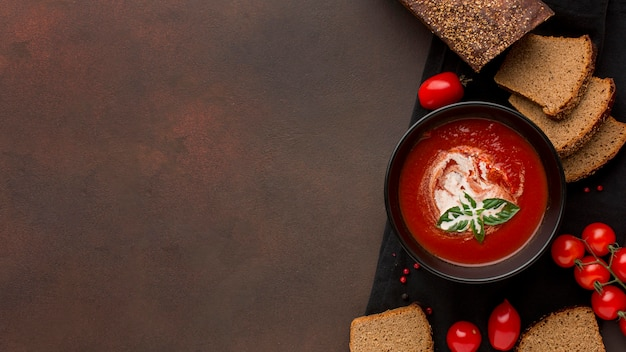 Vista superior del tazón con sopa de tomate de invierno en tazón y tostadas Foto gratis