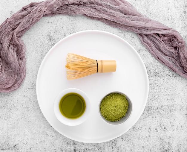 Vista superior de té matcha con batidor de bambú Foto gratis