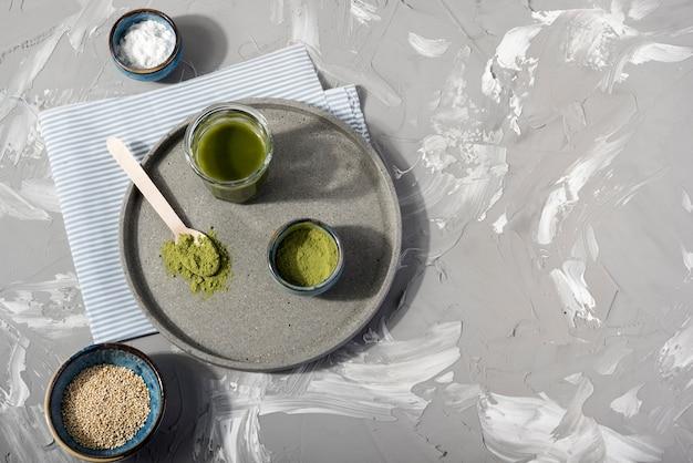 Vista superior del té matcha en placa vista superior Foto gratis