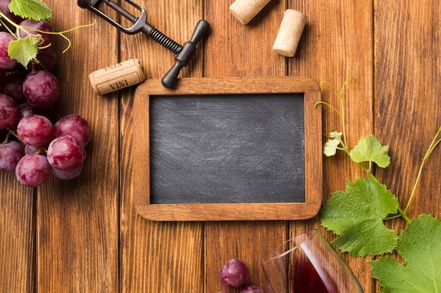 Vista superior de uvas y accesorios para vino. Foto gratis