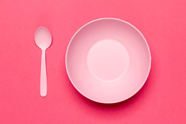 Vista superior vacía tazón rosa y cuchara Foto gratis