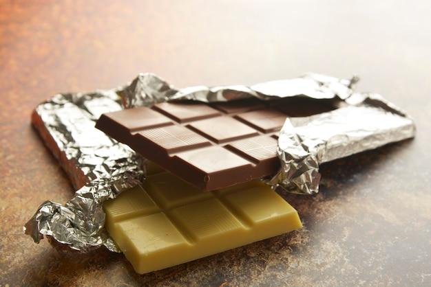 Vista superior de varias barras de chocolate con espacio de copia. Foto Premium