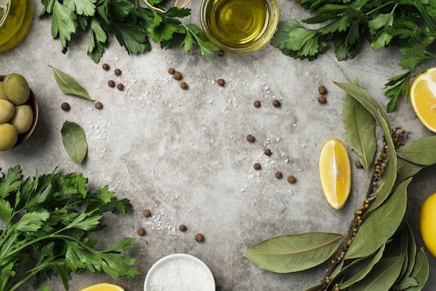 Vista superior variedad de aceitunas y aceite y limón. Foto gratis