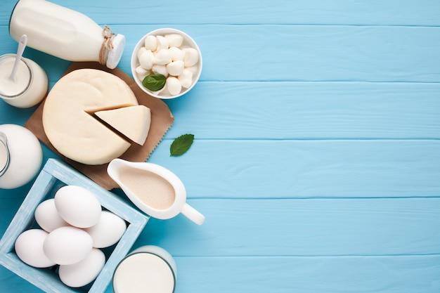 Vista superior variedad de productos lácteos frescos. Foto gratis
