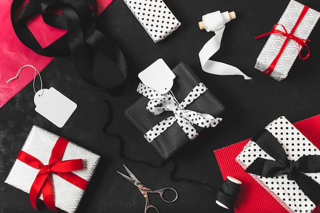Vista superior de la variedad de regalos. Foto gratis
