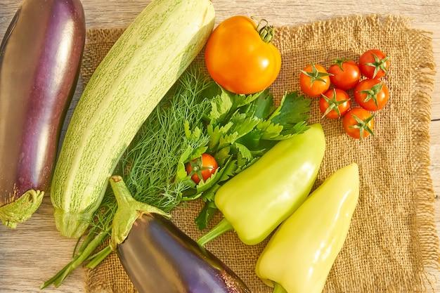 Vista superior de vegetales orgánicos en mesa de madera. fondo de alimentos saludables, con espacio de copia Foto Premium