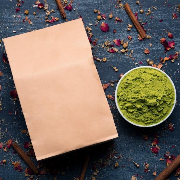 Vista superior verde té asiático matcha en mesa Foto gratis