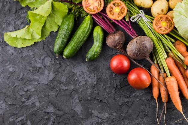 Vista superior de verduras frescas con espacio de copia Foto gratis