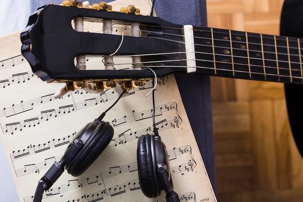 Vista suprior de guitara y notas de música Foto gratis