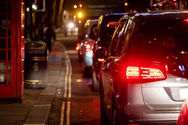 La vista trasera del atasco en la calle del centro por la noche, primer plano Foto Premium