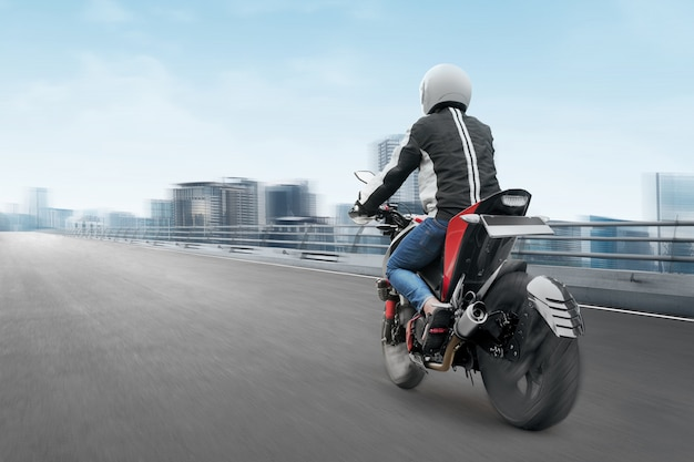 Vista trasera del hombre de taxi moto asiática conduciendo por la carretera de asfalto Foto Premium
