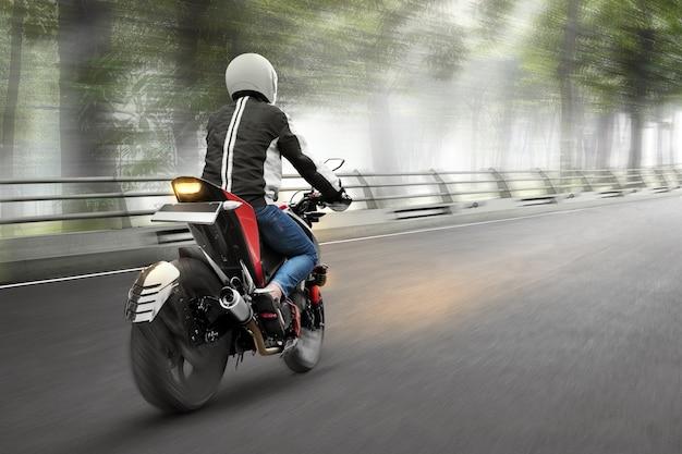 Vista trasera del hombre de taxi de motocicleta asiática conduciendo Foto Premium