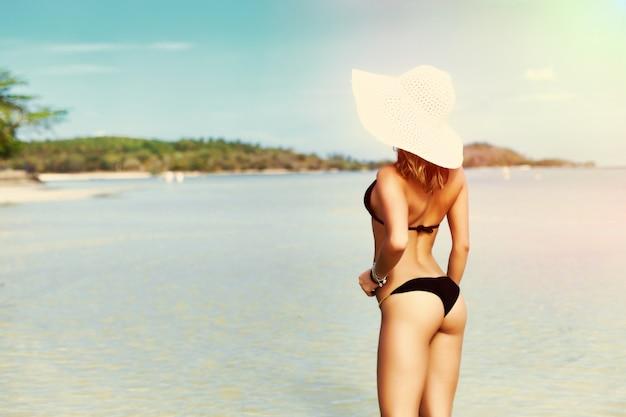 Vista trasera de mujer en bikini disfrutando de las vistas Foto gratis